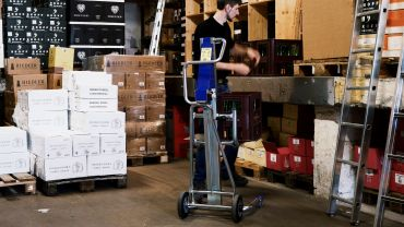 UNIKAR lifting handtruck – wine (in crates)